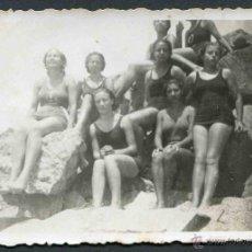 Fotografía antigua: MARESME. CANET. MUJERES BAÑISTAS EN LAS ROCAS. C. 1932. Lote 44638810