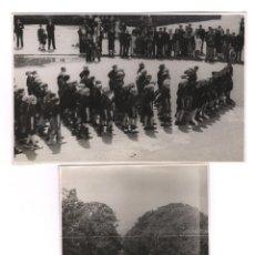 Fotografía antigua: BARCELONA, ABRIL 1939. CICLISTAS. FRENTE DE JUVENTUDES EN EL PARQUE DE LA CIUDADELA 2 FOTOS11,5X17CM. Lote 45048648