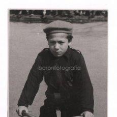 Fotografía antigua: NIÑO FALANGISTA CICLISTA, BARCELONA 1939 APROX. FOTO: CARLOS PÉREZ DE ROZAS 11,5X17 CM.. Lote 45048840