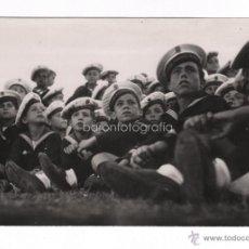 Fotografía antigua: BARCELONA, 1939 APROX. LOS FLECHAS NAVALES MIRANDO UN DESFILE, 11,5X17 CM.. Lote 45048936