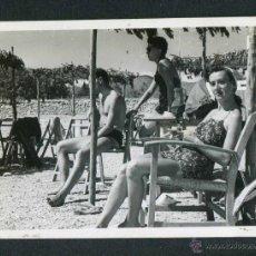Fotografía antigua: IBIZA. TURISTAS. TERRAZA. 1953. Lote 45625334