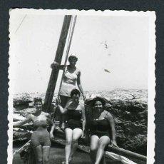 Fotografía antigua: IBIZA. TURISTAS. CALA BASSA. 8/1954. Lote 45935433