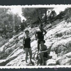 Fotografía antigua: IBIZA. TURISTAS. CALA SALADA. 8/1954. Lote 45935444