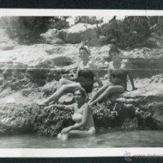 Fotografía antigua: IBIZA. TURISTAS. MAR. COSTA. 8/1954. Lote 45935457