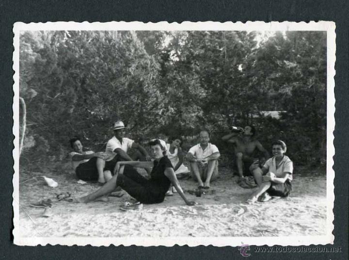IBIZA. TURISTAS TOMANDO EL FRESCO. EL MOLINAR. 8/1954 (Fotografía Antigua - Gelatinobromuro)