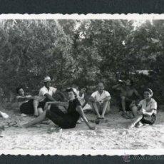 Fotografía antigua: IBIZA. TURISTAS TOMANDO EL FRESCO. EL MOLINAR. 8/1954. Lote 45935515