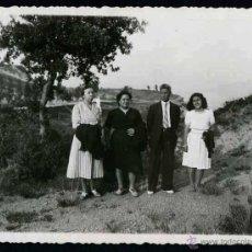 Fotografía antigua: COLLSUSPINA. BARCELONA. GRUPO FAMILIAR. 7/1944. Lote 46743193