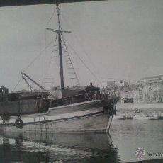 Fotografía antigua: FOTOGRAFIA DE CIUDADELA (MENORCA) AÑOS 50. BARCO TRANSPORTE PARA OBRAS EN EL DIQUE. Lote 47307070