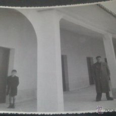 Fotografía antigua: COMILLAS (SANTANDER) FOTOGRAFIA COFRADIA PESCADORES?, CERCA DE LA PLAYA SOBRE EL DIQUE. Lote 47309608