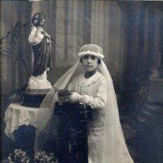 Fotografía antigua: FOTO CHINCHILLA TARRAGONA PRIMERA COMUNION 22 X 30 CM.. Lote 47390425