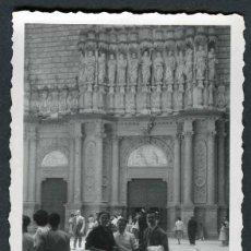 Fotografía antigua: MONTSERRAT. GRUPO FAMILIAR. 7/1953. Lote 47714731