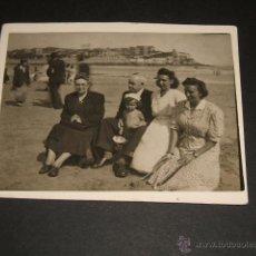 Fotografía antigua: GIJON ASTURIAS FAMILIA ROMANILLOS DE LEON EN LA PLAYA DE SAN LORENZO FOTOGRAFIA AOS 40. Lote 47722733
