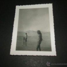 Fotografía antigua: BENIDORM ALICANTE NIÑA EN LA PLAYA ANTIGUA FOTOGRAFIA. Lote 47810161
