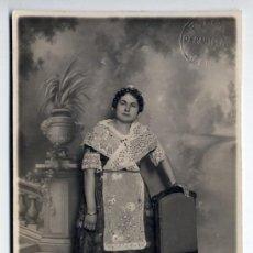 Fotografía antigua: MUJER VESTIDA DE FALLERA. F. LON. VALENCIA. FALLAS. AÑOS 20-30. Lote 47831396