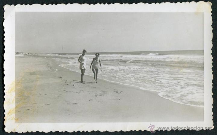 IBIZA. SEÑORAS EN LA PLAYA. C. 1955 (Fotografía Antigua - Gelatinobromuro)