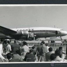 Fotografía antigua: HISTORIA DE LA AVIACIÓN. AEROPUERTO DE BARCELONA. ANTIGUA TERRAZA DE VISITANTES. C. 1957. Lote 47958890