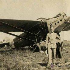 Fotografía antigua: AVIACIÓN. HISTORIA DE LA AVIACIÓN. EL PRAT. AVIÓN Y SEÑOR. C. 1930. Lote 48409656