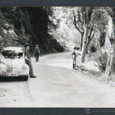 Fotografía antigua: AUTOMOVILISMO. CARRETERA Y TURISTAS. C. 1960. Lote 48468379