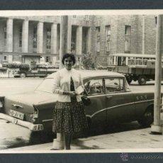 Fotografía antigua: AUTOMOVILISMO. FANTÁSTICO COCHE Y SEÑORA-1. C. 1960. Lote 48468400