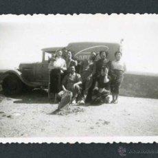 Fotografía antigua: AUTOMOVILISMO. COCHE Y GRUPO DE PERSONAS-1. C. 1955. Lote 48468428