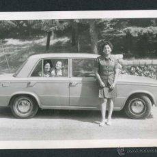 Fotografía antigua: AUTOMOVILISMO. COCHE Y SEÑORA. C. 1965. Lote 48468452