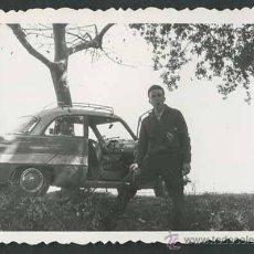 Fotografía antigua: AUTOMOVILISMO. JOVEN Y COCHE. C. 1955. Lote 48483047