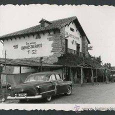 Fotografía antigua: RESTAURANT DE CARRETERA. AUTOMOVILISMO. C. 1955. Lote 48483196