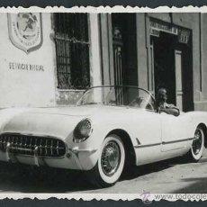 Fotografía antigua: SERVICIO OFICIAL. AUTOMOVILISMO. FANTÁSTICO COCHE Y CONDUCTOR. C. 1955. Lote 48483226