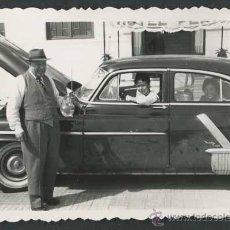 Fotografía antigua: AUTOMOVILISMO. COCHE Y CAPO ABIERTO. FAMILIA. C. 1950. Lote 48483263
