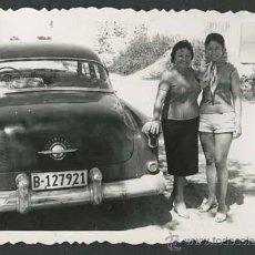 Fotografía antigua: AUTOMIVILISMO. COCHE Y DOS SEÑORAS. C. 1950. Lote 48483499