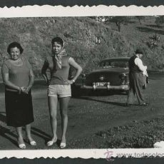 Fotografía antigua: AUTOMIVILISMO. COCHE, DOS SEÑORAS Y SEÑOR. C. 1950. Lote 48483530