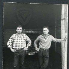 Fotografía antigua: AUTOMOVILISMO. TALLER. MACÁNICOS. C. 1960. Lote 48483584