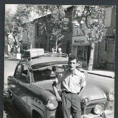 Fotografía antigua: AUTOMOVILISMO. BONITA FOTO DE JOVEN CON COCHE. C. 1960. Lote 48483667