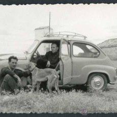 Fotografía antigua: AUTOMOVILISMO. SEISCIENTOS. DOS SEÑORES Y PERRO. C. 1960. Lote 48483687