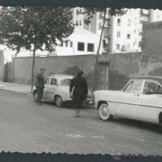 Fotografía antigua: AUTOMOVILISMO. CALLE Y COCHES. C. 1960. Lote 48483704