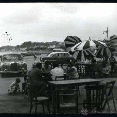Fotografía antigua: AUTOMOVILISMO. MERCEDES. TERRAZA Y PLAYA. C. 1960. Lote 48483820