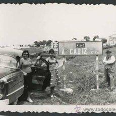 Fotografía antigua: AUTOMOVILISMO. CARRETERA NACIONAL. CADIZ. C. 1950. Lote 48483849