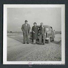 Fotografía antigua: AUTOMOVILISMO. CARRETERA NACIONAL. COCHE Y GRUPO DE PERSONAS-2. C. 1955. Lote 48483917