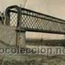 Fotografía antigua: PUENTE. TREN. CONSTRUCCIÓN. INGENIERO SATISFECHO POR SU TRABAJO. C. 1936. Lote 48507236