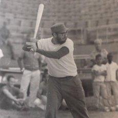 Fotografía antigua: KORDA. FIDEL JUAGANDO AL BEISBOL. CUBA. HABANA 1966. ORIGINAL. LA FABRICA. Lote 48584782