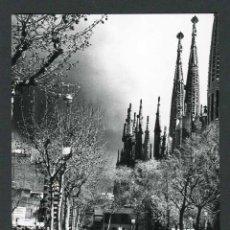 Fotografía antigua: BARCELONA. LA SAGRADA FAMILIA. PLAZA. C. 1965. Lote 49203708