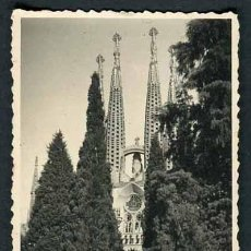 Fotografía antigua: LA SAGRADA FAMILIA. BARCELONA. CIPRESES. C. 1950. Lote 49234257