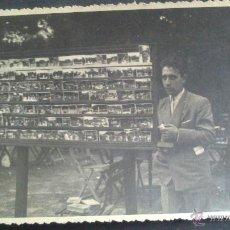 Fotografía antigua: FOTOGRAFO AMBULANTE AL MINUTO EN UN PARQUE DE BILBAO, TAMAÑO 13,5 X 8,5 CM, FOTO GARRIDO, CALLE CRUZ. Lote 136819488