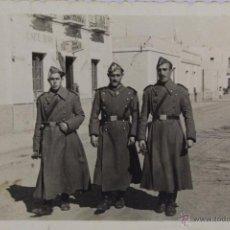 Fotografía antigua: F-394.MILITARES DE PASEO. MELILLA. FINAL AÑOS CUARENTA. UNIFORME DE INVIERNO.. Lote 49973887