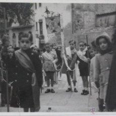 Fotografía antigua: F-490. PROCESION CON NIÑOS DEL COLEGIO SAGRADO CORAZON. BARCELONA. AÑOS CUARENTA.. Lote 50136267