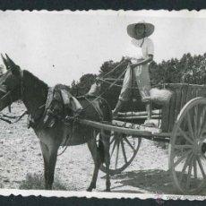 Fotografía antigua: IBIZA. CARRO Y SEÑORA. PRECIOSA FOTO. C. 1950. Lote 50162773