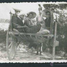 Fotografía antigua: IBIZA. TURISMO. CARRO Y TURISTAS ENCANTADOS. C. 1950. Lote 50162820
