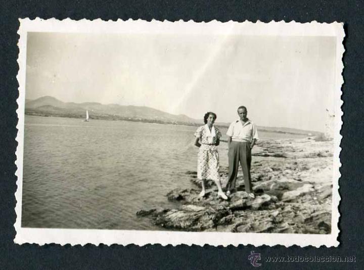 IBIZA. TURISTAS. PAREJA. BAHÍA. C. 1950 (Fotografía Antigua - Gelatinobromuro)