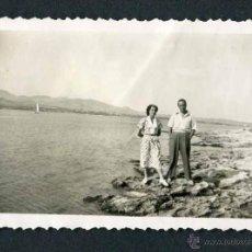 Fotografía antigua: IBIZA. TURISTAS. PAREJA. BAHÍA. C. 1950. Lote 50162979
