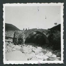 Fotografía antigua: BONITO PUENTE ROMÁNICO. PIRINEO ARAGONÉS. CA. 1950. Lote 50252479